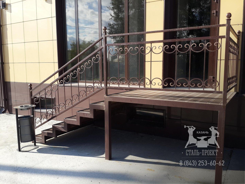 изготовление уличной входной металлической лестницы